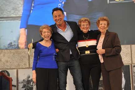 A partire da sinistra: Dora Zerilli Kirby , Bruce, Adele Ann Zerilli Springsteen, Ida Zerilli Urbelis