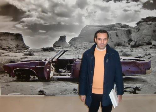 """Il Sindaco rilascia l'intervista su Bruce Springsteen davanti al pannello della Pink Cadillac della mostra """"Like A Vision"""""""