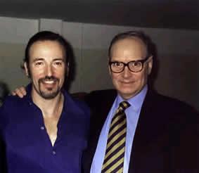 Bruce nel backstage dopo lo spettacolo di Roma con un ospite speciale il leggendario compositore di colonne sonore Ennio Morricone.E' stato il loro primo incontro.