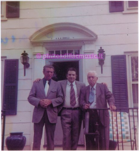 """Freehold N.J., Agosto 1973 Ingresso della """" Villa A.Zerilli"""" da sx a dx: Warren Kirby (marito di Dora Zerilli sorella di Adele mamma di Bruce), Alfonso Tramparulo (parente di Vico Equense della famiglia Zerilli) e l'Avv. Antonio Zerilli (nonno di Bruce)"""