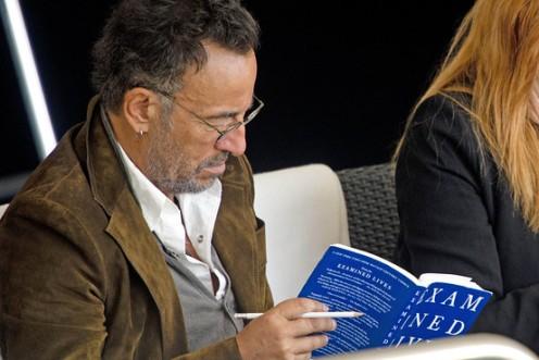 """Springsteen immerso nella lettura del libro di Filosofia """"ExeminedLives,. From Socrates to Nietzsche"""" di James Miller"""