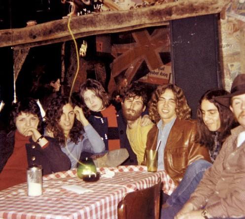 Obie (la prima a sinistra) insieme a Bruce e agli Steel Mill
