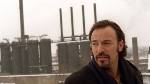 Bruce Springsteen dinanzi al Jenny, un altoforno dismesso di Youngstown, Ohio (1996, foto Robert Hilburn/Los Angeles Times)